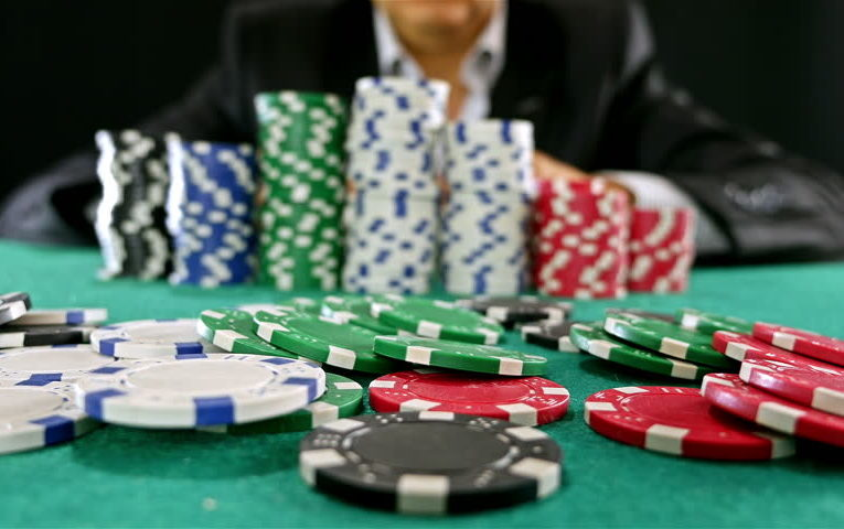 What is the general method of playing online poker?